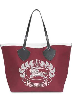 Burberry The Giant Tote in Archive Logo Cotton - Red